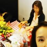 大人の習い事・・・生花でフラワーアレンジメント・贈り物にしたくなるクリスマスツリーのレッスン風景