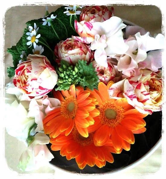 ⑥そして、残りの菜の花で周りを飾ったり、全体的に短めに挿しているので、軽さを出すためにマトリカリアを入れて、出来上がりです。