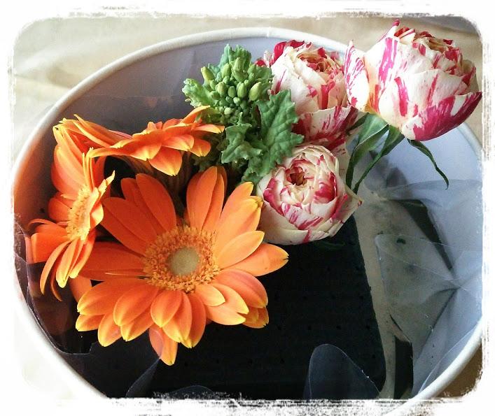 ④次はバラです。バラはガーベラとの間に菜の花を挟みたいので、間を空けてやはり長さを少しずつ挿します。