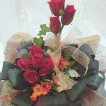 ホワイトデーのお返しにも、入学のお祝い、記念日や母の日、父の日にもお花は喜ばれますね